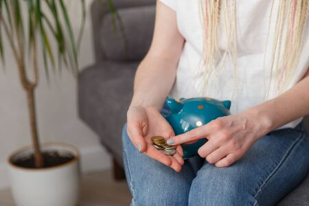 Photo pour Woman counting coins in her hands - image libre de droit