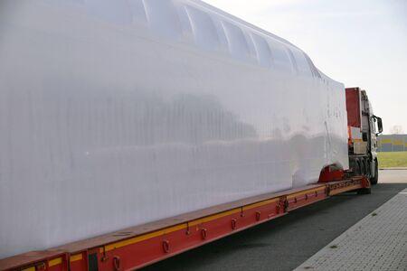 Foto de Special truck and semi-trailer. Transport of oversized goods.  - Imagen libre de derechos