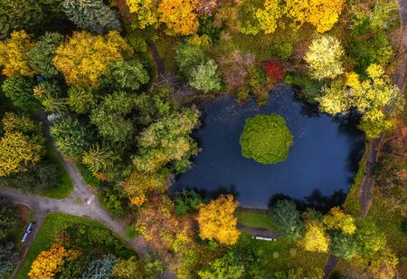 Photo pour pond in autumn Park with paths, the view from the drone - image libre de droit