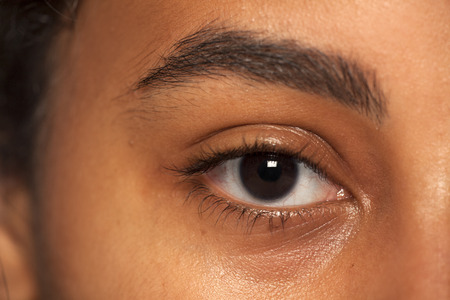 Photo pour natural eyebrow and eye without makeup of dark skinned female - image libre de droit