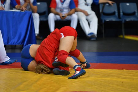Photo pour Orenburg, Russia - October 29, 2016: Girls compete in Self-defense without weapons in the Championship of Russia in Self-defense without weapons among boys and girls born 2000-2001 biennium of birth - image libre de droit