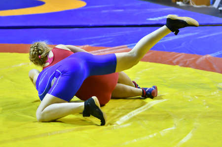 Photo pour Orenburg, Russia - October 25-26, 2017: Girls compete in sports wrestling at the All-Russian tournament for the prizes of the Governor of Orenburg Region - image libre de droit