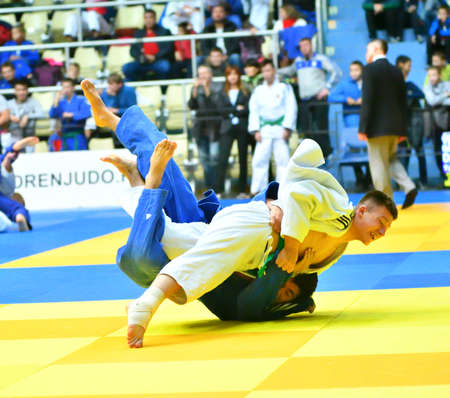 Photo pour Orenburg, Russia - 21 October 2017: Boys compete in Judo at the all-Russian Judo tournament among boys and girls dedicated to the memory of VS Chernomyrdin - image libre de droit