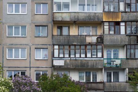 Photo pour Facade of social housing in a residential area of the city. Close-up. - image libre de droit