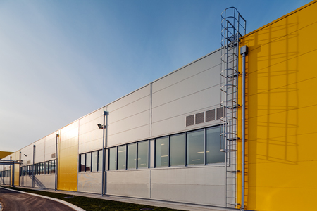 Photo pour Industrial hall with aluminum facade and panels - image libre de droit