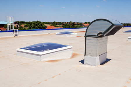 Photo pour Flat roof with skylight and hydro insulation membranes - image libre de droit
