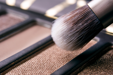 Foto de brush in the palette of shadows macro - Imagen libre de derechos