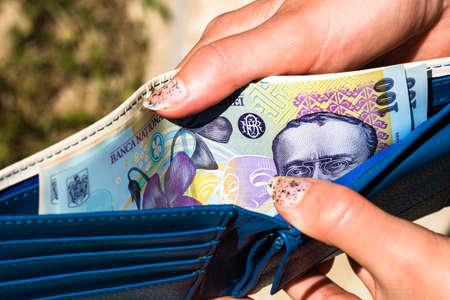 Photo pour Hands holding and showing wallet with romanian money LEI. - image libre de droit