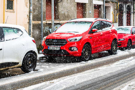 Photo pour Snowing on cars in the morning, snow on street in Bucharest, Romania, 2021 - image libre de droit