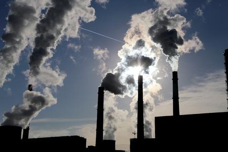 Photo pour Smoke stacks at coal burning power plant - image libre de droit