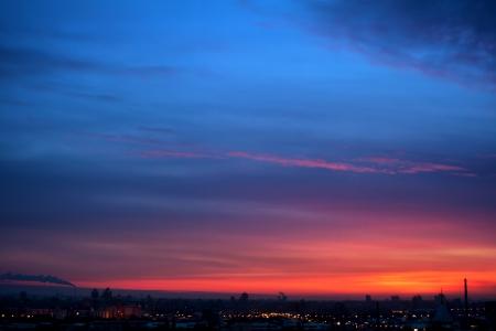Foto de Dramatic evening cloudscape in city  blue and red sky - Imagen libre de derechos