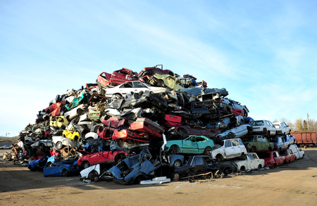 Photo pour Old damaged cars on the junkyard waiting for recycling - image libre de droit