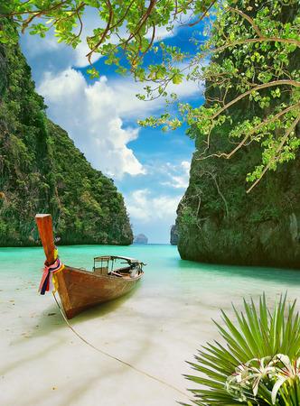Photo pour Traditional thai boat on tropical beach - image libre de droit