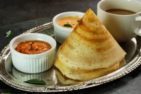 Photo pour Cone shape Masala Dosa with Sambar and chutney, south Indian breakfast - image libre de droit