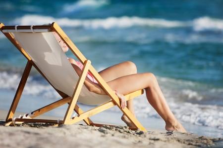 Foto de young girl relaxing on beach - Imagen libre de derechos