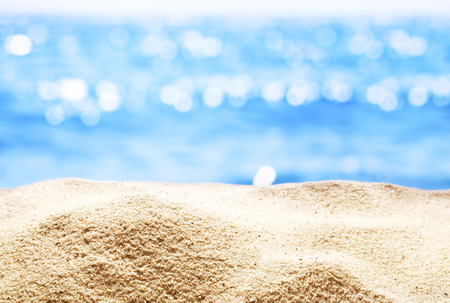 Foto de Close up of  sand with blurred sea background. - Imagen libre de derechos