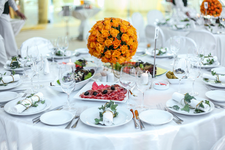 Photo pour Holiday table setting decorated with flowers and candles. - image libre de droit