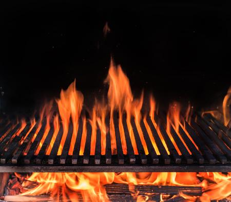 Photo pour Empty grill grate and tongues of fire flame. - image libre de droit