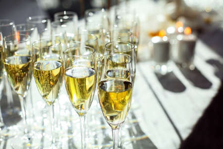 Photo pour Glasses of sparkling wine close-up. Banquet service. - image libre de droit