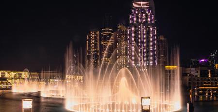 Foto de View from the observation platform at the singing fountains and Dubai Mall. Dubai, May 2019 - Imagen libre de derechos