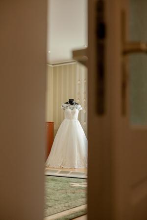 Foto de an elegant wedding dress on a mannequin in a beautiful light room. - Imagen libre de derechos