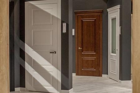 Photo pour Interior doors for sale in a specialized store - image libre de droit