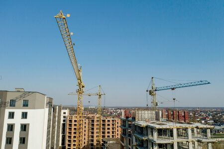 Photo pour Construction and construction of high-rise buildings, the construction industry with working equipment and workers. View from above, from above. Background and texture. - image libre de droit