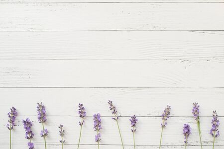 Photo pour Composition of lavender on white wooden background. Border of violet fresh flowers. Free space. Top view - image libre de droit