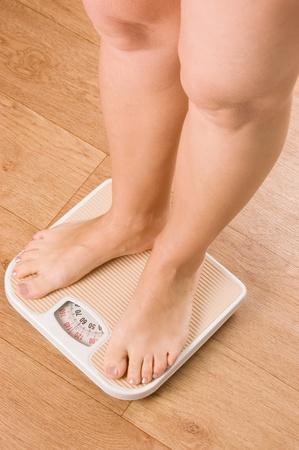 Foto de Female feet on scales on to floor - Imagen libre de derechos
