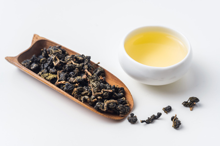 Foto de Asia culture and design concept - fresh taiwan oolong tea and cup - Imagen libre de derechos