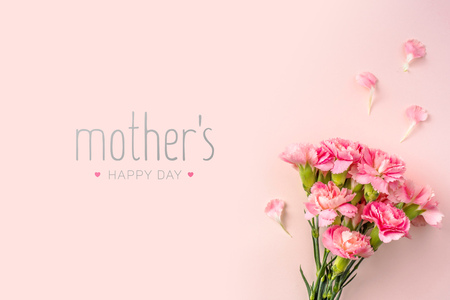 Foto de event design concept - top view of a bunch of pink carnation with greeting word on pink background for mothers day event with copy space for mock up - Imagen libre de derechos