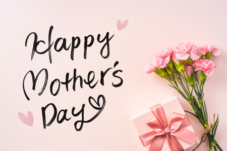 Photo pour mothers day design concept - top view of a bunch of carnation, gift box, hand writing script on pink background with copy space for mock up - image libre de droit