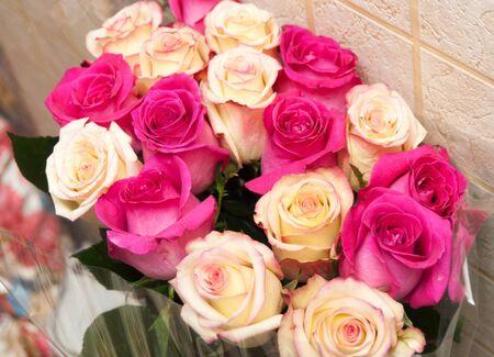 Foto de Pink faded roses bouquet with leaves - Imagen libre de derechos