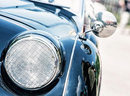 Photo pour Shiny blue vintage car. Detail view of the headlight. Retro car. Front light. Retro automobile scene. Circle headlamp. - image libre de droit