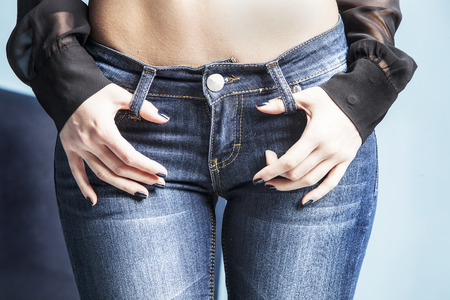 Foto de body in jeans, studio shot - Imagen libre de derechos