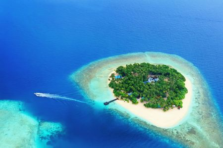Photo pour Small tropical island in the ocean, Maldives. Shot was taken from seaplane. - image libre de droit