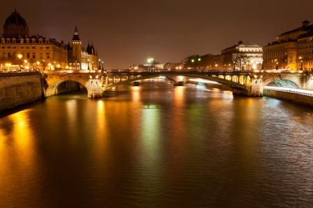 Foto de Seine river with pont notre dame and pont au change in Paris at night - Imagen libre de derechos