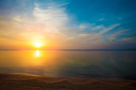 Photo pour Sunrise over sea - image libre de droit