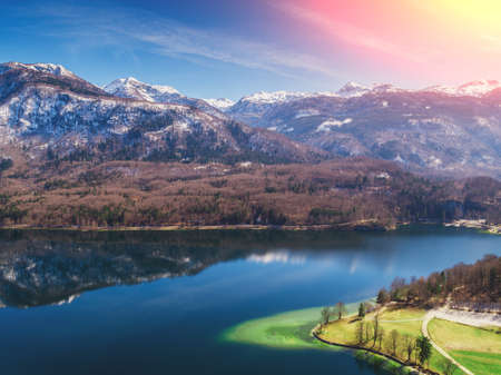Photo pour Mountain lake. Lake Bohinj in early spring. Triglav national park. Beautiful spring nature of Slovenia, Europe - image libre de droit