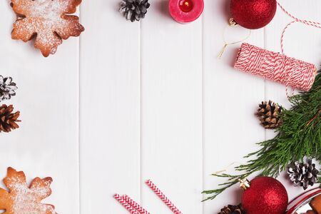 Photo pour Decorative Christmas composition with gingerbread snowflake cookies, pine cones, red balls and other decor - image libre de droit