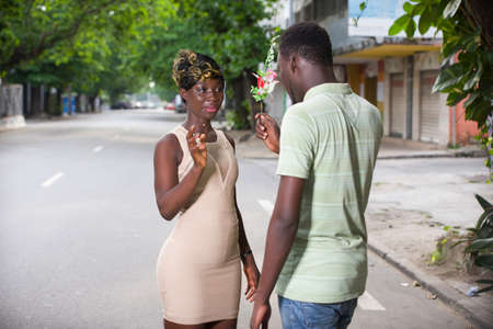 Photo pour romantic offer to get married. A man makes an offer to his girlfriend in the city. Valentine's day proposal concept. Young man giving a bouquet of flowers for girlfriend on Valentine's Day. - image libre de droit