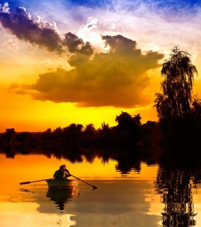 Foto de Couple on a boat at sunset - Imagen libre de derechos