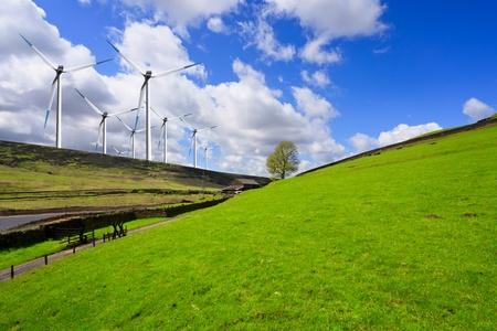 Photo pour Green hill and turbine - image libre de droit