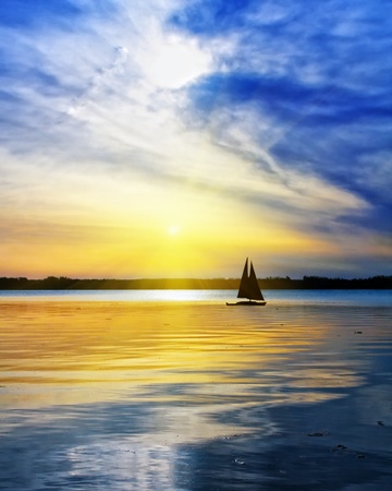 Photo pour Sailing against the sunset - image libre de droit