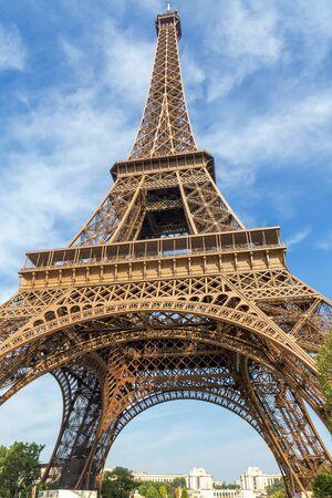 Photo pour Eiffel Tower in Paris portrait orientation - image libre de droit
