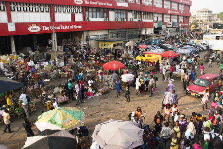 Photo pour ACCRA, GHANA - JANUARY 2016: Outdoor goods stalls at Kaneshi market in Accra, Ghana - image libre de droit