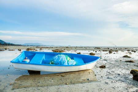 Photo pour Small Fishing Boat on Sand Beach Background - image libre de droit