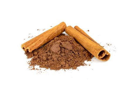 Foto de cinnamon powder and sticks isolated on a white background - Imagen libre de derechos