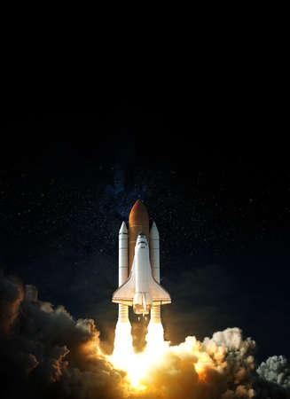 Foto de Space Shuttle takes off into space. Elements of this image. - Imagen libre de derechos