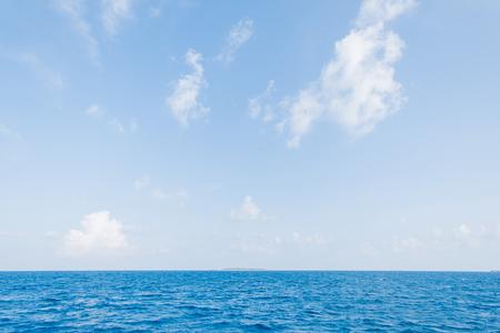 Photo pour Calm Sea and Blue Sky Background in Maldives - image libre de droit